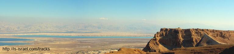 Вид на Мецаду (Массаду), горы Иудейской пустыни, Йорданию и Мертвое море со смотровой площадки из точки №225 маршрута